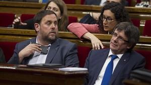 Imagen de Oriol Junqueras, Carles Puigdemont y la secretaria general de ERC, Marta Rovira, en el Parlament, en junio del 2016.