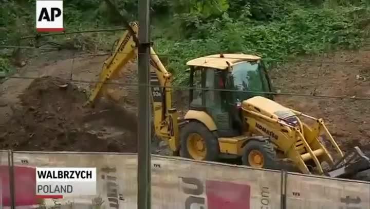 Imágenes del primer día de excavaciones en Walbrych para encontrar un tren nazi desaparecido en 1945, en Polonia.