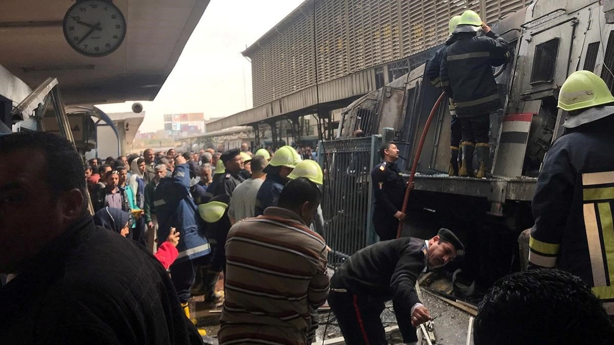 Inspección de un vagón de tren que se incendió el 27 de febrero pasado en El Cairo.