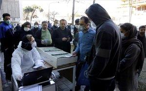 Personas en Irán a la espera de las pruebas de coronavirus.