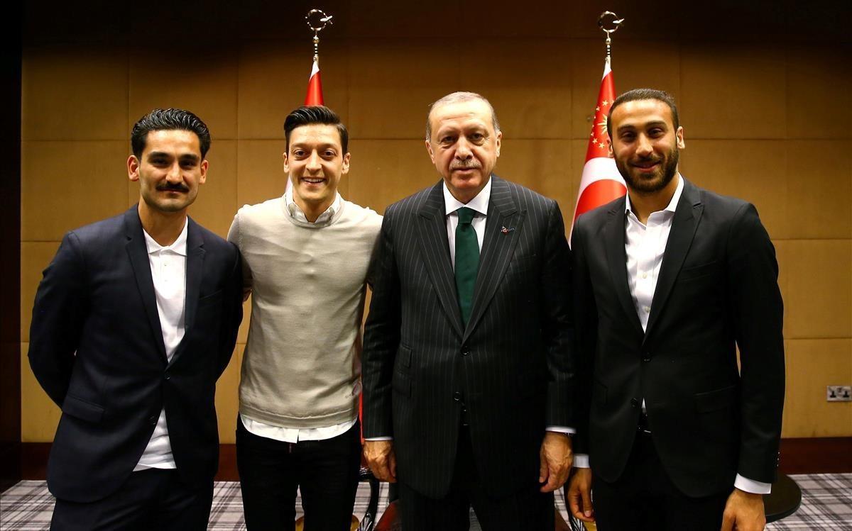 De izquierda a derecha, Gundogan, del City; Özil, del Arsenal; el presidente Erdogan y Tosun, del Everton, en el palacio presidencial.