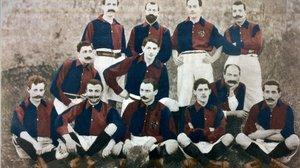 Primera formación del FC Barcelona de 1900, con Gamper sentado, en el centro.