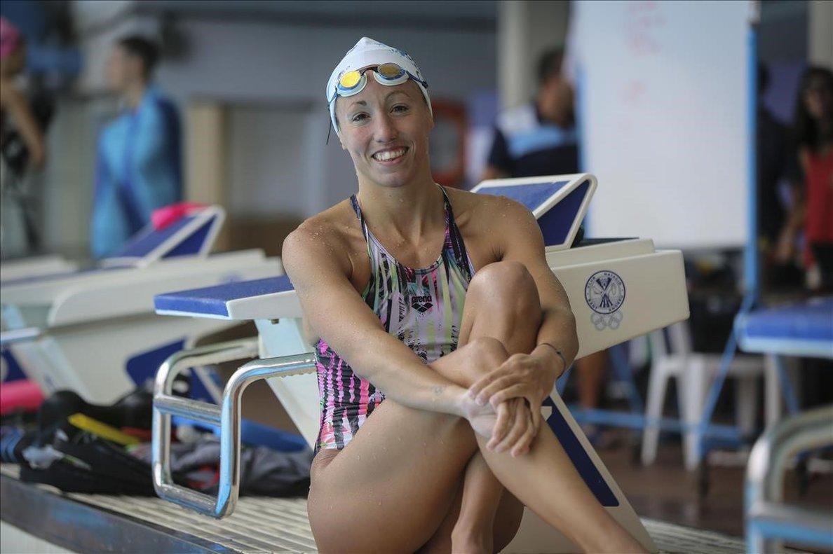 Jessica Vall posa en las instalaciones del CN Sant Andreu, antes de viajar a Corea