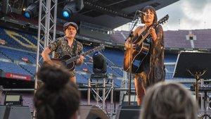 Eva Amaral y Juan Aguirre, durante el concierto del lunes en el Camp Nou.