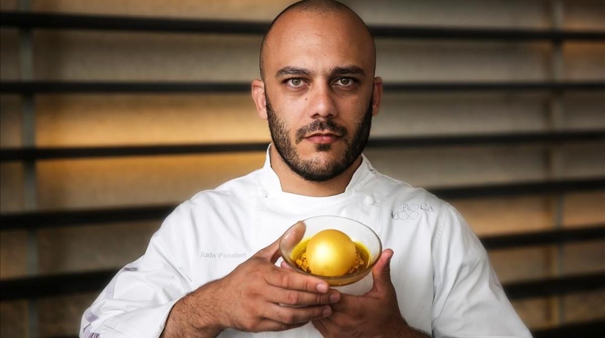 Rafa Panatieri, del restaurante Roca Moo, con un huevo de oro.