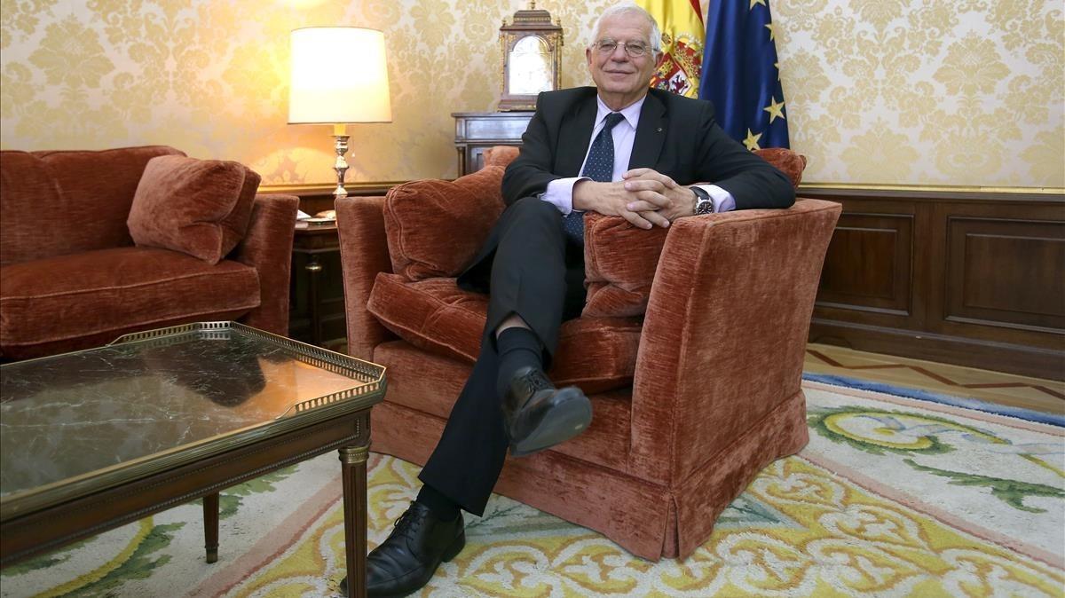 El ministro de Asuntos Exteriores, Josep Borrell, en la sede del ministerio
