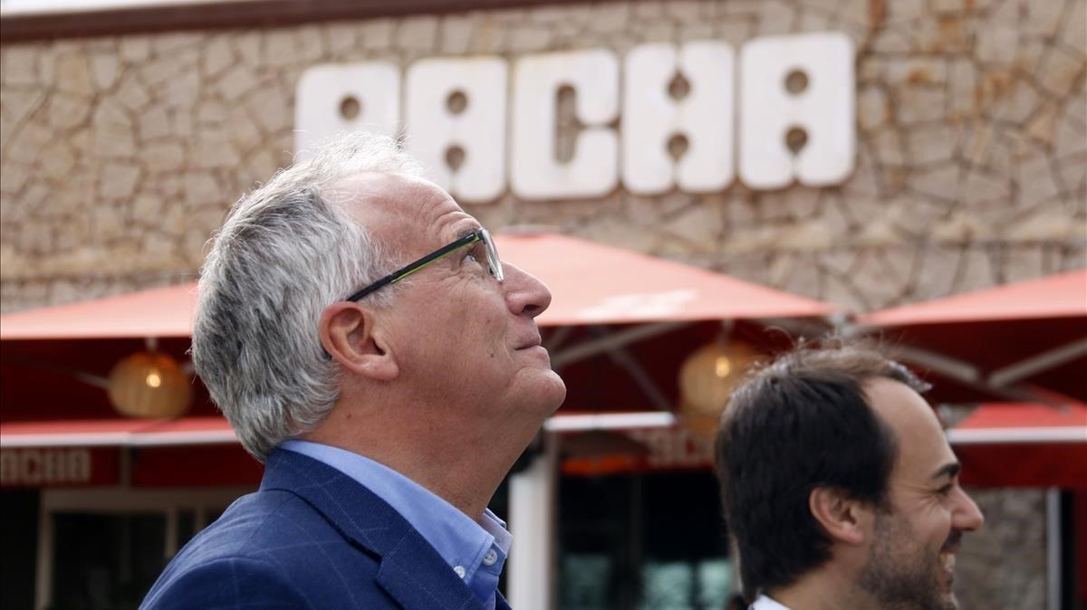 Josep Bou hace campaña frente a la discoteca Pacha en Barcelona.