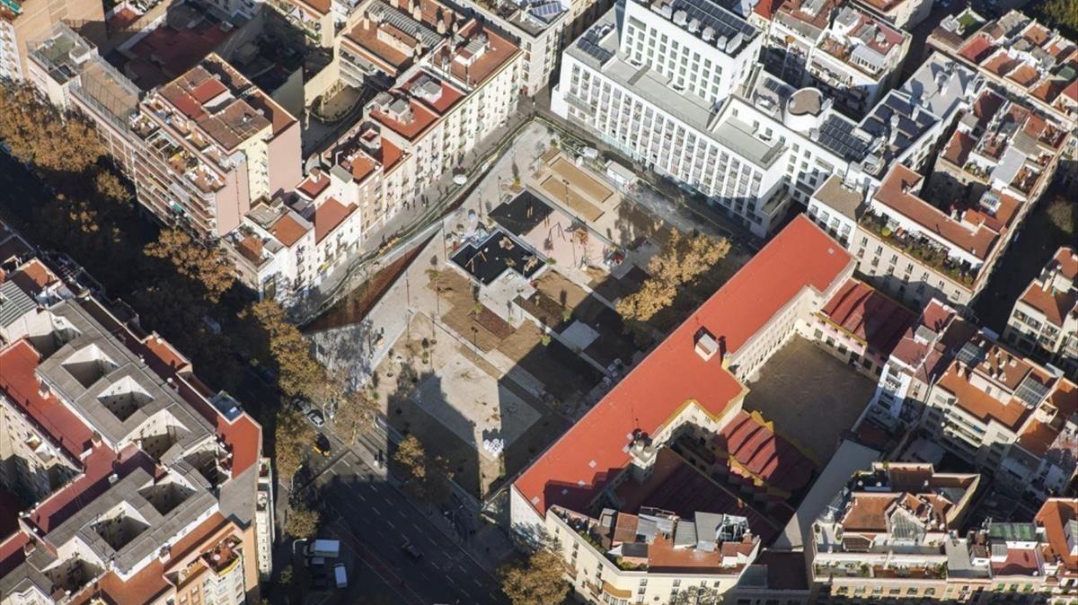 La plaza de Folch i Torres, en la frontera en el Eixample y el Raval.