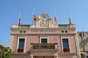 Las banderas del Ayuntamiento de Rubí a media asta en memoria de los rubinenses víctimas del atentado de Las Ramblas.