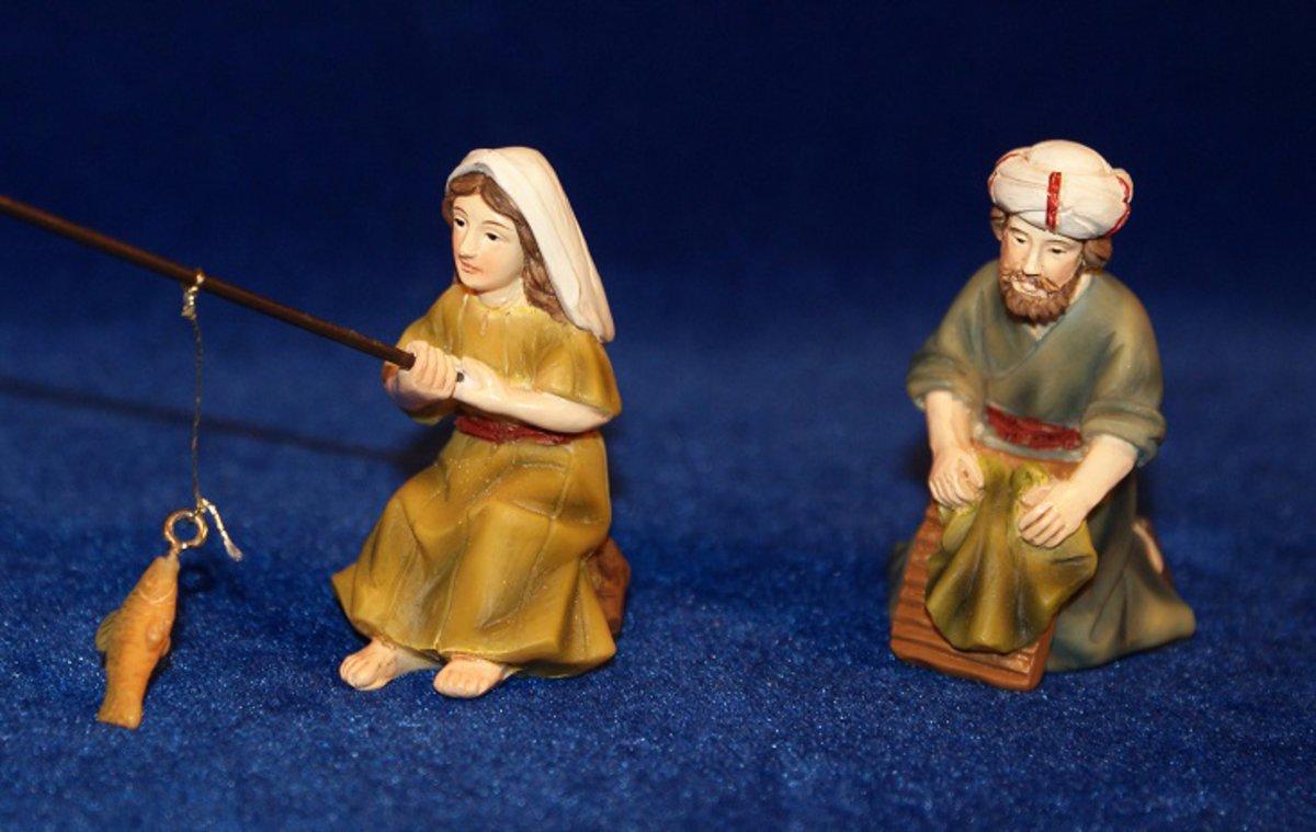 Las dos figuras de pesebre: la pescadora y el hombre que lava la ropa.