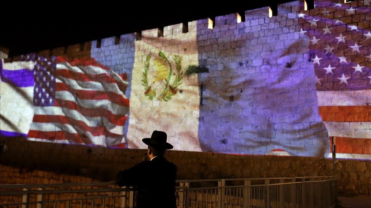 Las murallas de la vieja ciudadela de Jerusalén se adornaron esta noche con banderas de Guatemala.