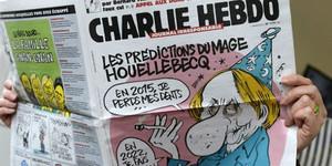 Un lector, con el número de la revista Charlie Hebdo.
