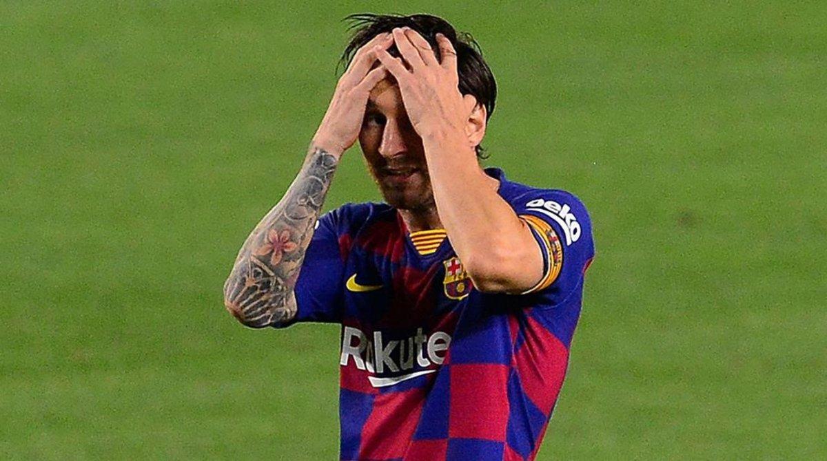 Leo Messi se lamenta de una ocasión perdida.