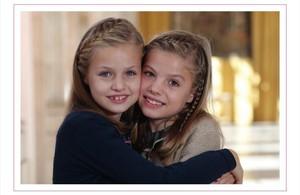 Leonor y Sofía, en la foto que aparece en el christmas de la familia real.