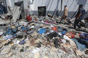 Restos del ataque en el centro de detención en Trípoli. EFE