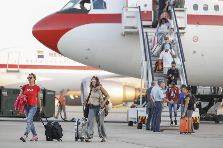 Españoles afectados por el huracán Irma a su llegada hoy a la base aerea de Torrejón de Ardoz en Madrid en un avión fletado por el Ministerio de Exteriores.