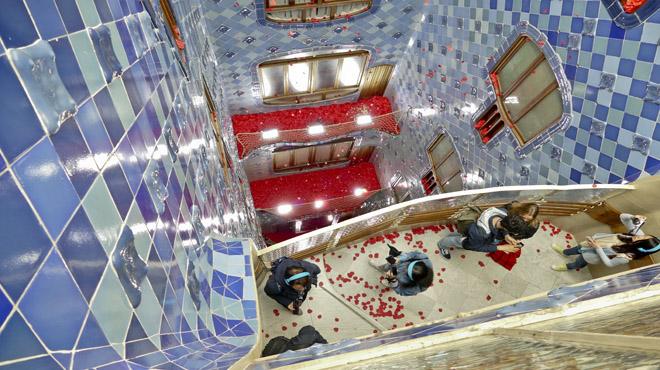 La façana de la Casa Batlló somple de roses i el seu interior sinunda de pètals.