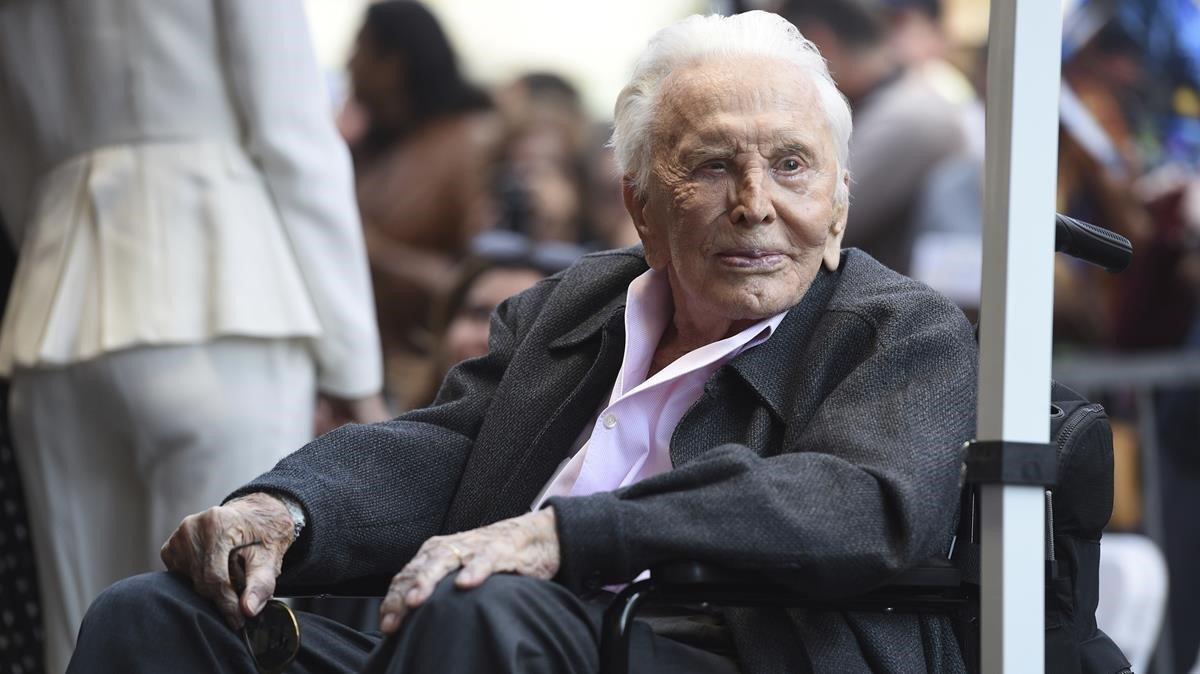 Kirk Douglas, a sus 102 años, el pasado 6 de noviembre en el paseo de la fama de Los Ángeles.