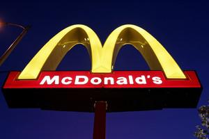 El logo de uno de los restaurantes McDonalds, en Chicago.
