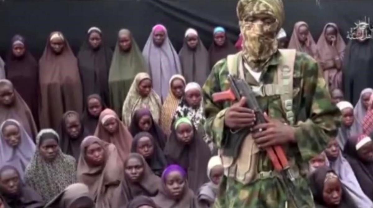 Los islamistas de Boko Haram han dado a conocer un nuevo vídeo en el que aparecen las niñas secuestradas hace dos años.