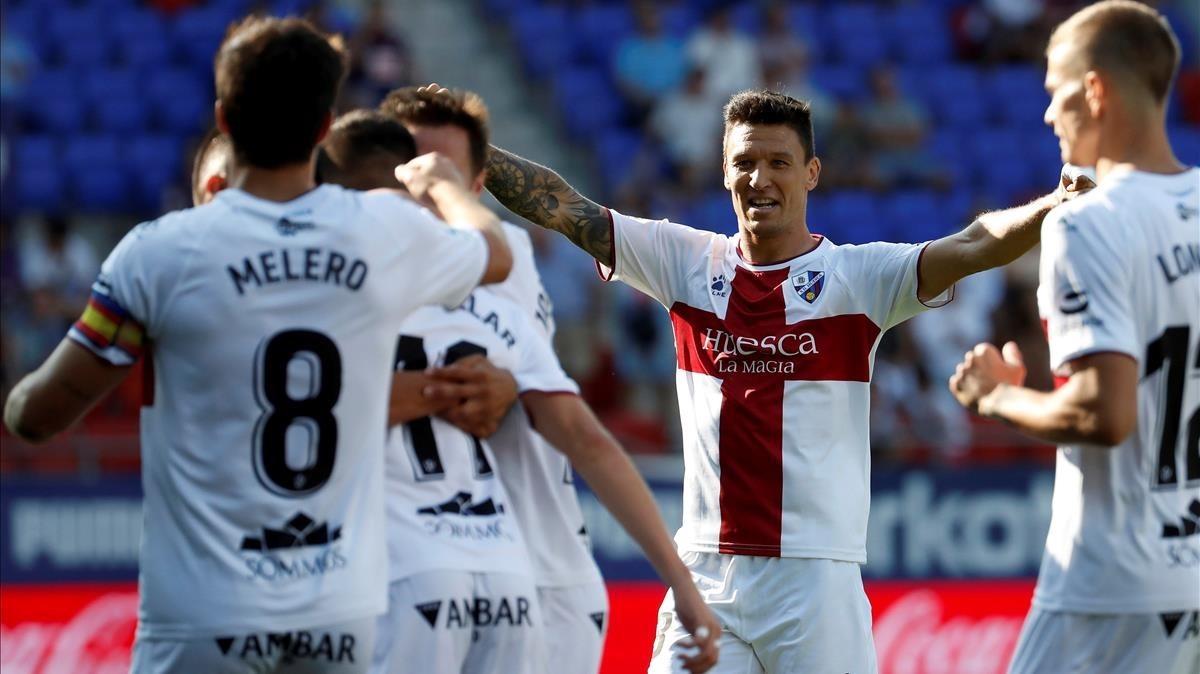 Los jugadores del Huesca celebran por todo lo alto un gol de Gallar.