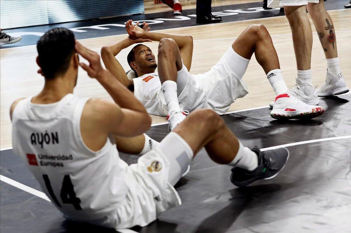 Los jugadores del Madrid, abatidos en el suelo tras la derrota