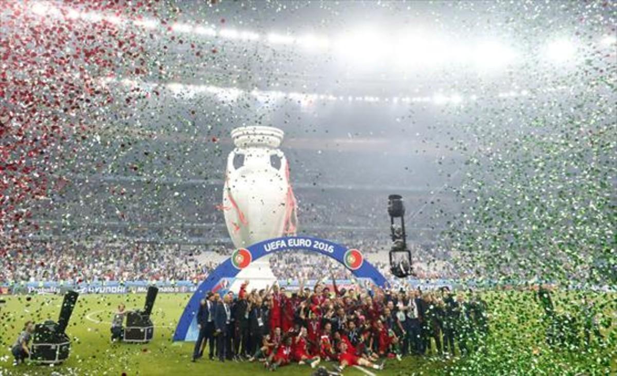 Los jugadores de Portugal celebran su histórico triunfo sobre el césped de Saint Denis.