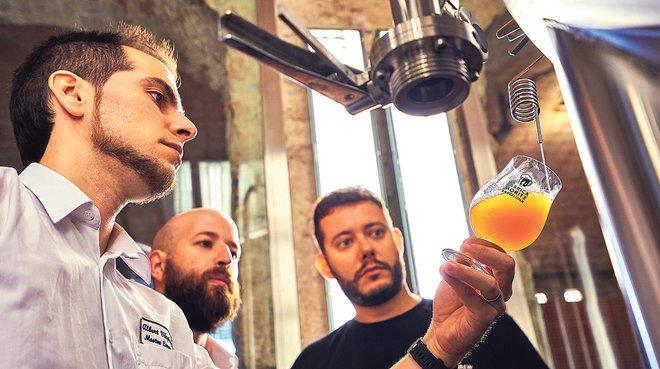Los tres maestros cerveceros que han elaborado la Sant Antoni Tripel.