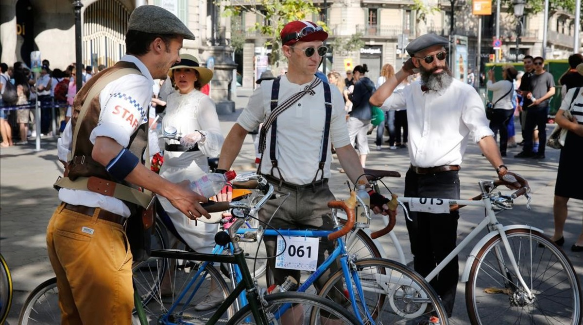 Ir vestido deépoca es obligatorio paraparticipar en la Bicicletada Modernista.