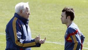 Luis Aragonés habla con Iniesta en una concentración en Las Rozas.