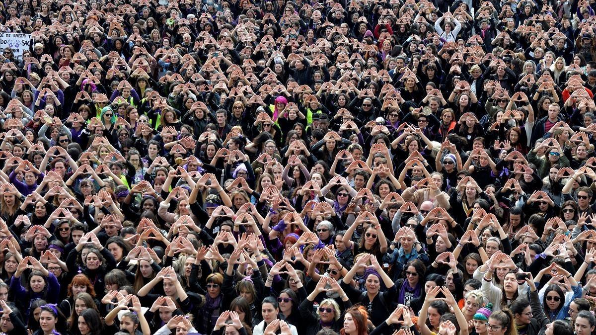 Miles de mujeresforman un triángulo con las manos durantela manifestación feminista de esta mañana en Bilbao.