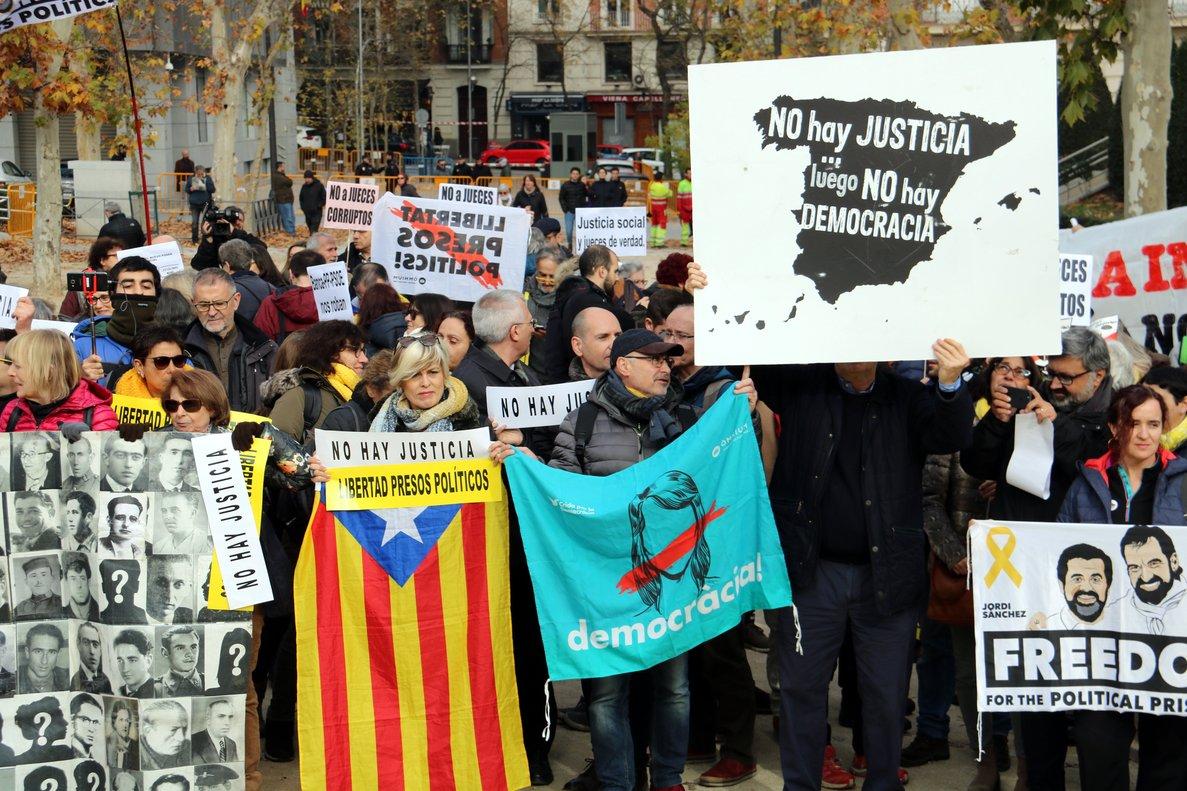 Manifestantes a favor de la liberación de los presos ante el Tribunal Supremo.