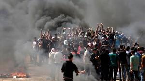 Manifestantes palestinos queman neumáticos en la frontera entre Gaza e Israel en las protestas contra la inauguración de la embajada estadounidense en Jerusalén el 14 de mayo.