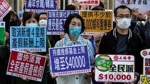 Manifestantes por la situación económica en Hong Kong.