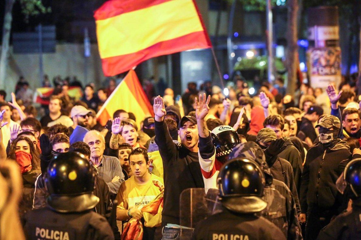 Manifestantes de ultraderecha en plaza Artós.