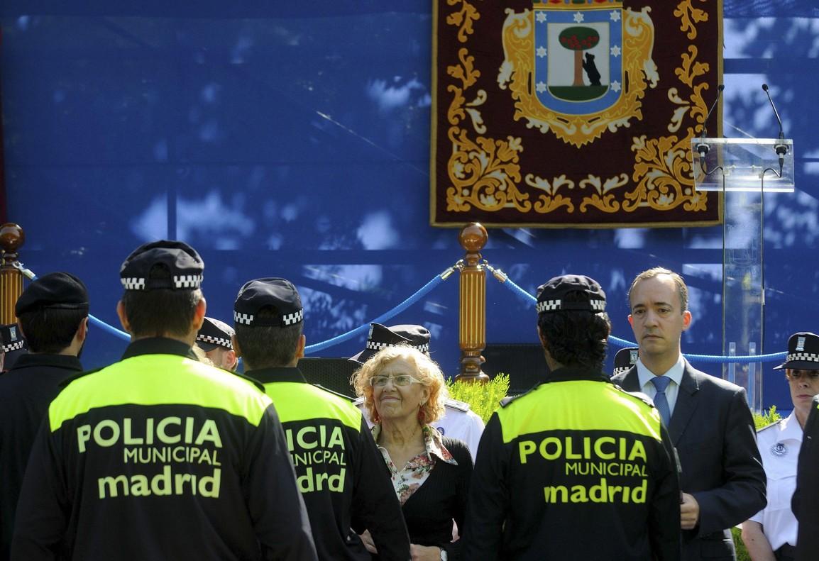 La exalcaldesa de Madrid Manuela Carmena junto a policías municipales.