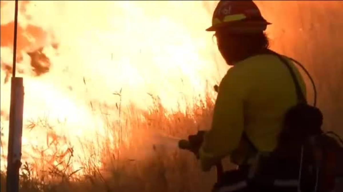 El fuego, que se declaró el miércoles, sigue activo y ha afectado a una carretera interestatal que ha quedado cortada al tráfico.