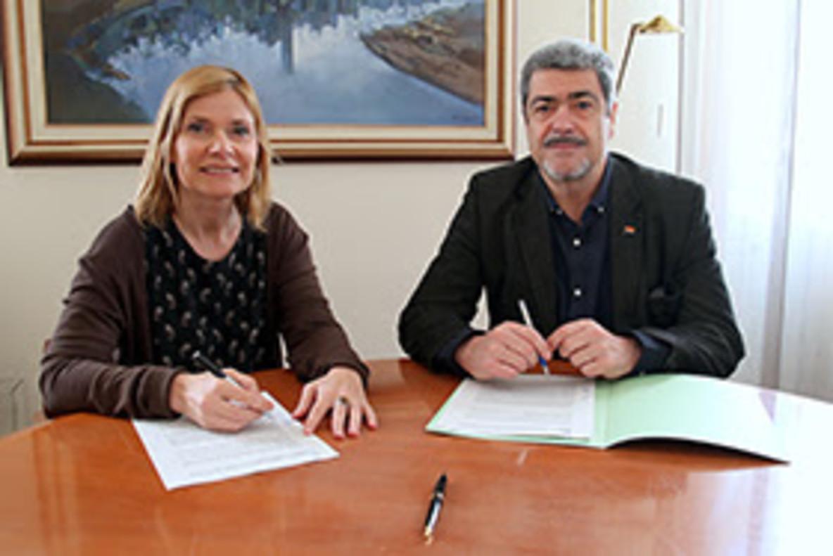 Lluïsa Moret y Enric Garriga durante la firma del convenio