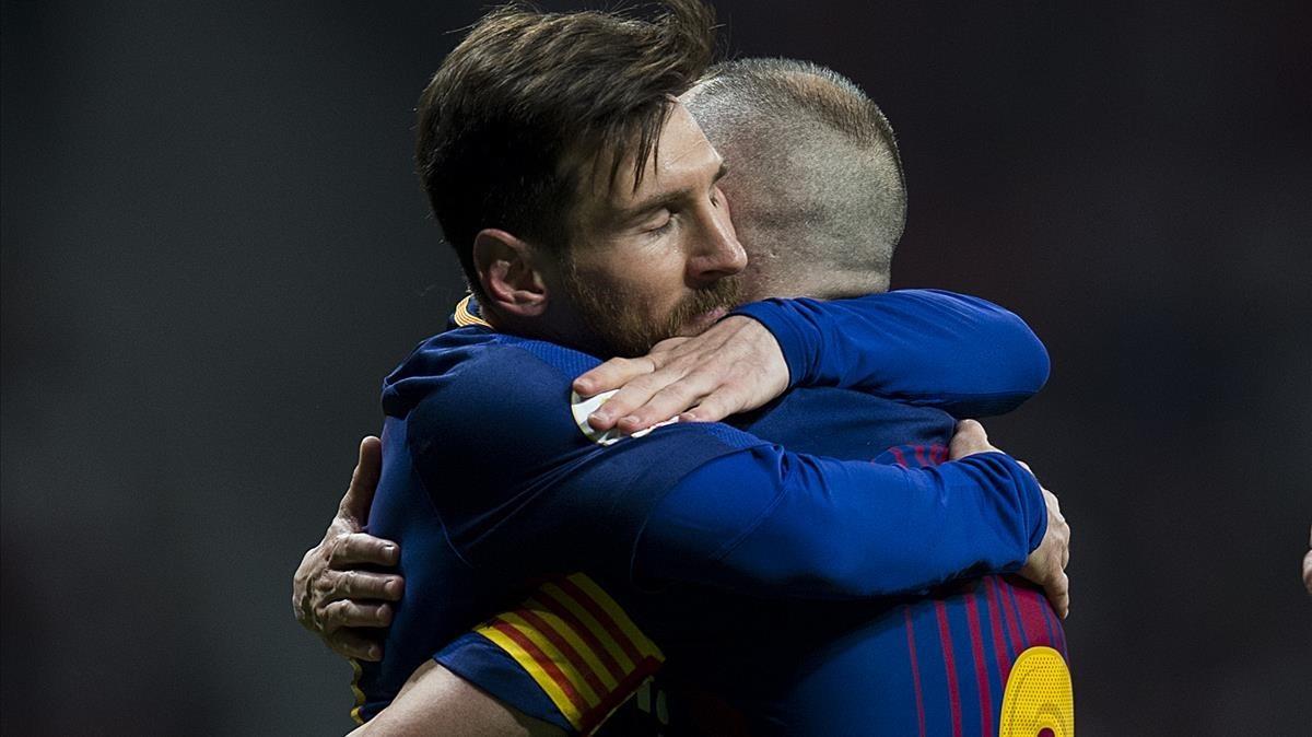 Messi abraza a Iniesta después de que este marcara el 0-4 al Sevilla.