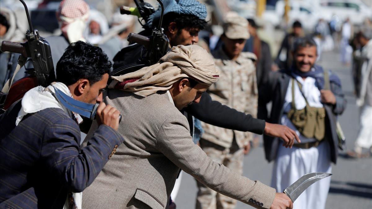 Miembros de distintas tribus leales al movimiento hutí celebran con una danza los 1.000 días de intervención militar saudí, este martes.