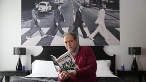 Navarro enseña su libro en la habitación del Hotel Avenida Palace donde se alojaron los Beatles.