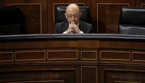El ministro de Hacienda, Cristóbal Montoro, en el pleno del Congreso de los Diputados.