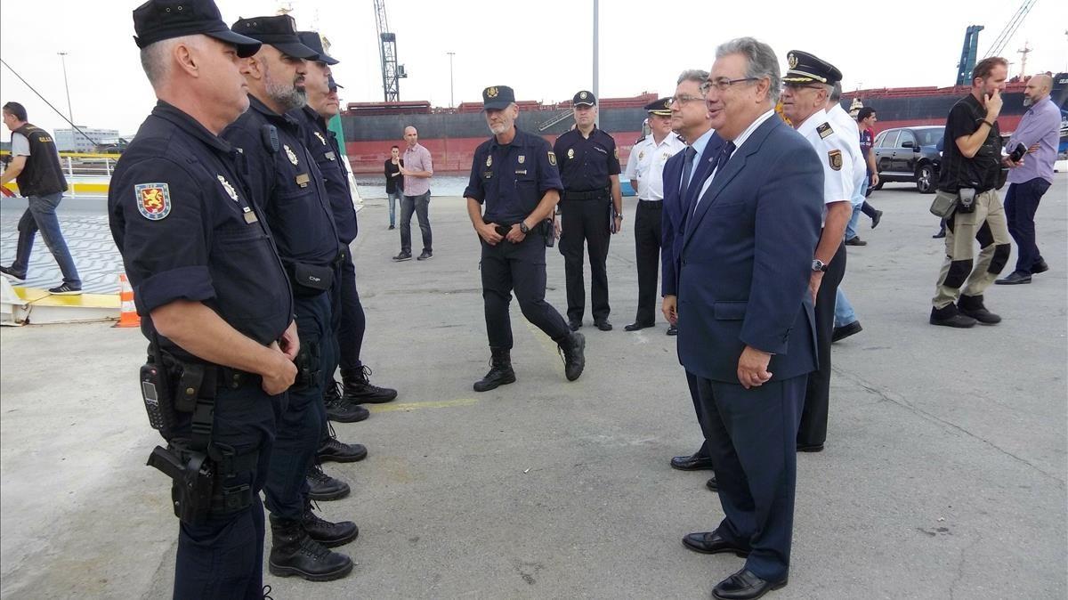 El ministro Juan Ignacio Zoido ha visitadoa los agentes de la Policía y la Guardia Civil desplegados en Barcelona.