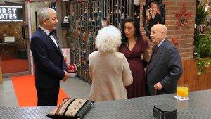 Miriam sorprendiendo a Estrella y Alejandro en 'First Dates'.