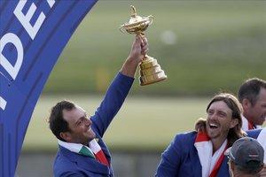 Molinari levanta el trofeo de la Ryder en presencia de su compañero Fletwood