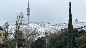 La montaña del Tibidabo ha amanecido emblanquecida.