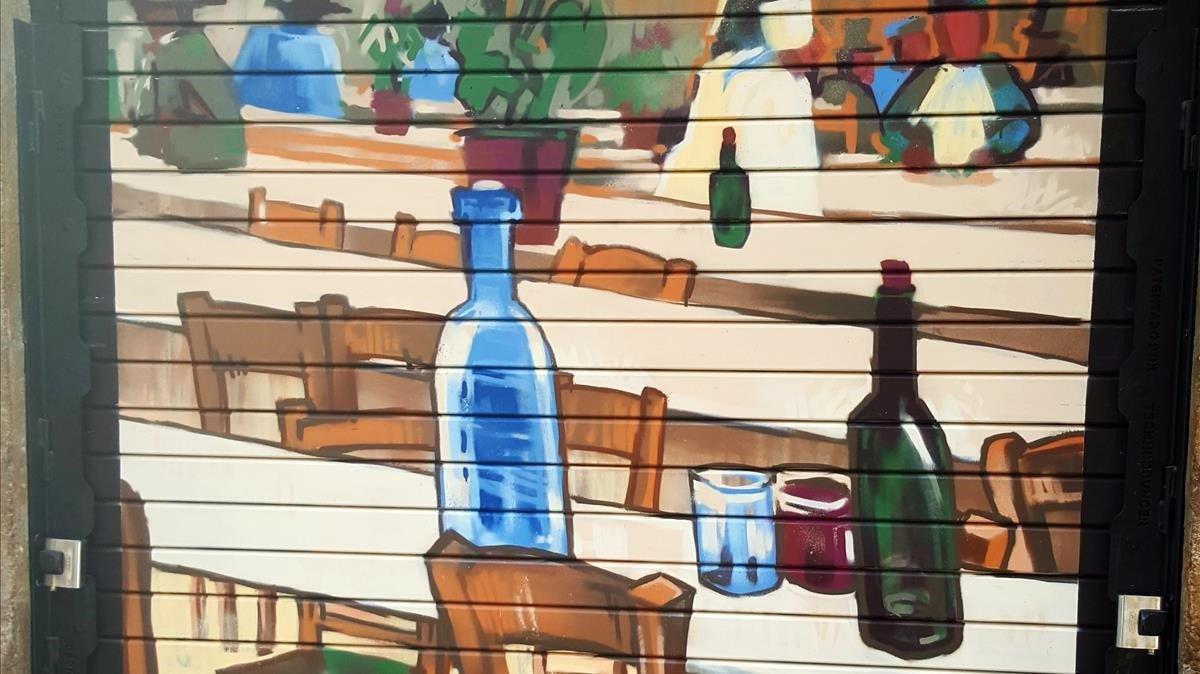 Una obra de Van Gogh cubre la persiana del bar El Petit Príncep.
