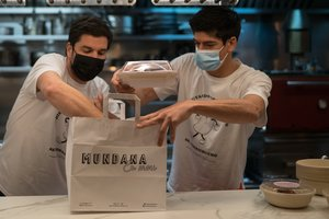 Alain Guiard y Marc Martin, de La Mundana, preparando un pedido de comida a domicilio, este jueves.