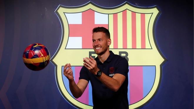 Neto posa vestido de azulgrana tras su fichaje por el Barça.
