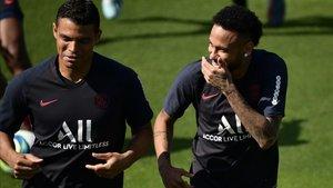 Neymar y Thiago Silva, en el entrenamiento de este jueves.
